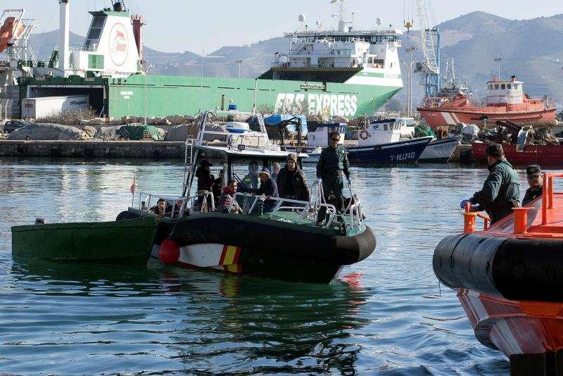 Intervención tras la llegada de una patera a Alicante. EFE/Archivo