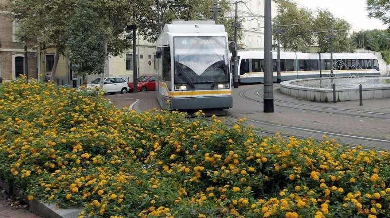 Uno de los tranvías de València en una imagen de archivo. EFE/Juan Carlos Cárdenas