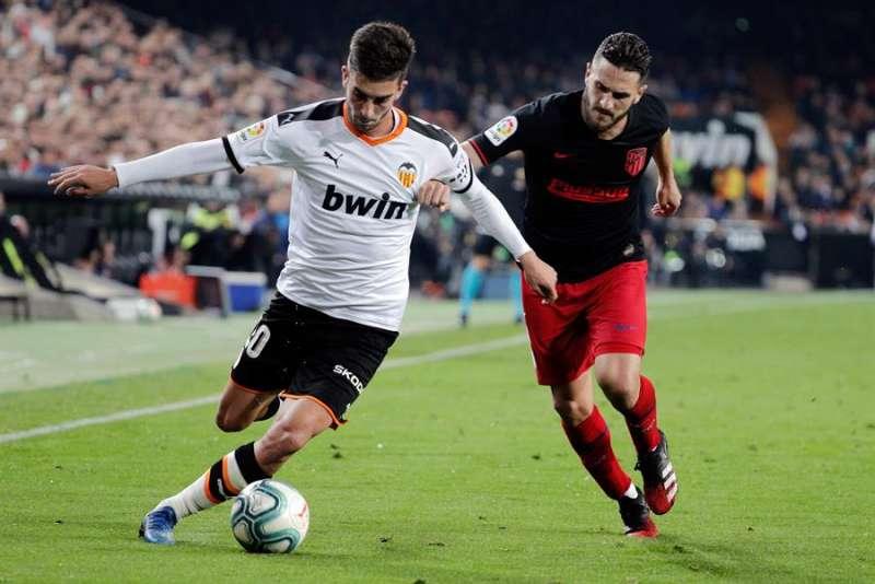 El centrocampista del Valencia CF Ferrán Torres (i) se escapa de Koke Resurrección, del Atlético de Madrid en el estadio de Mestalla, en Valencia. EFE