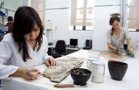 Restauradoras del Museo de Prehistoria. FOTO: DIVAL