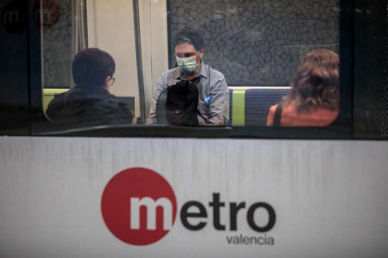 Un usuario del metro de Val�ncia con mascarilla. EFE