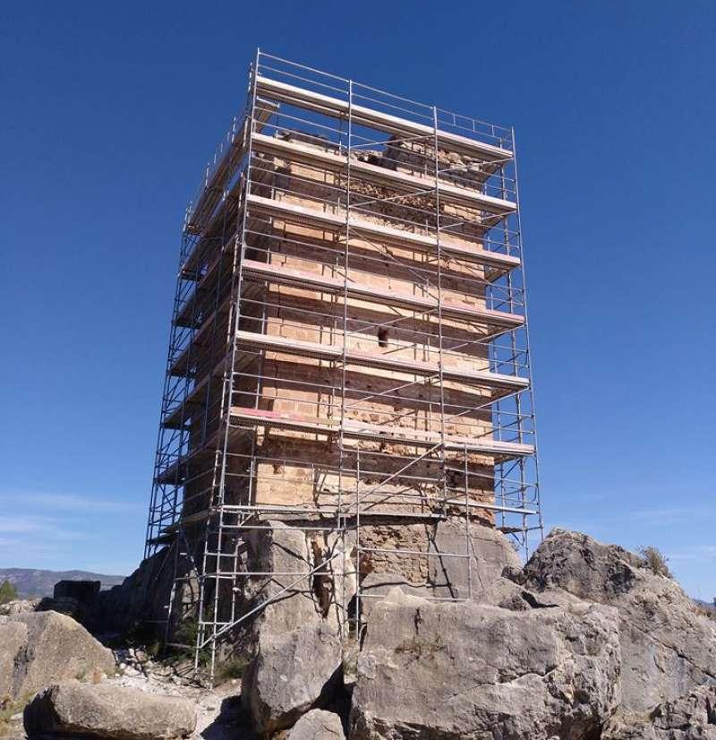Los andamios cubren la torre. Foto: V. Marco