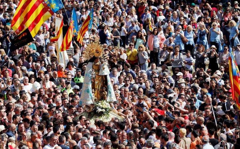 Imagen de la plaza de la Virgen repleta de devotos. EFE