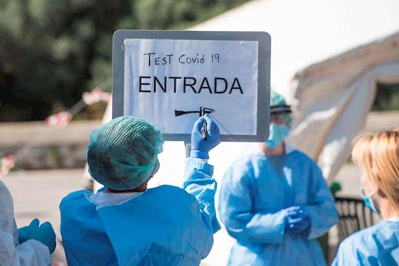 Sanitarios preparan una carpa de tests rápidos para detectar el COVID-19 en un centro sanitario. EFE
