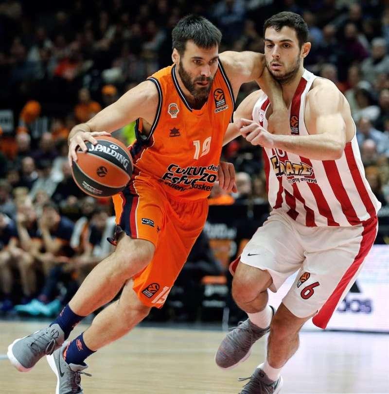 El alero del Valencia Basket San Emeterio (i) lucha con Kostas Papanikolaou (d), de Olympiacos. EFE