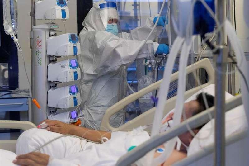 Un enfermo de coronavirus en el hospital. / EPDA