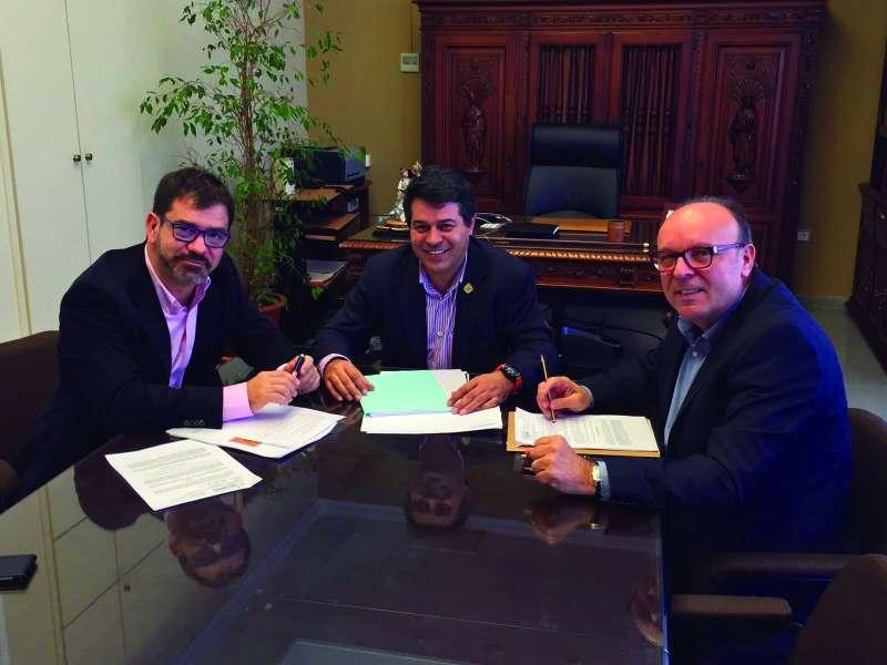 Antonio Ropero, alcalde de Olocau reunido con Emili Altur, diputado provincial. //EPDA