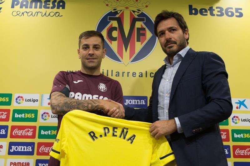 Rubén Peña, último jugador fichado por el Villarreal, junto a Fernando Roig Negueroles, consejero-delegado del club. EFE