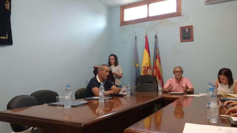 Elena Maravilla en el momento de su toma de posesión del acta de concejala en el Ayuntamiento de Alfara de la Baronia. EPDA