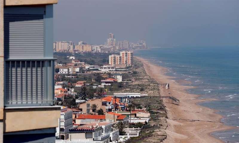Vista general de las playas al norte de Cullera, vacías por el estado de alarma, en una imagen reciente. EFE
