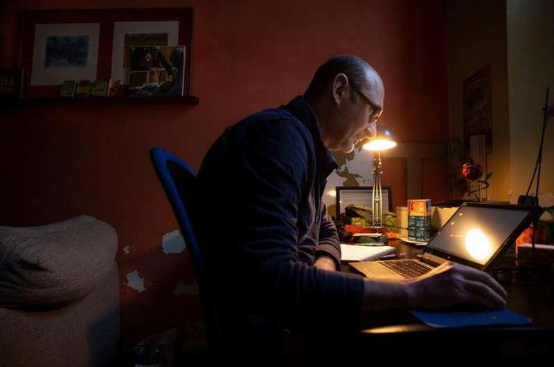 Antoni, un empleado de banca realiza su actividad profesional desde su domicilio durante el confinamiento. EFE/Enric Fontcuberta/Archivo