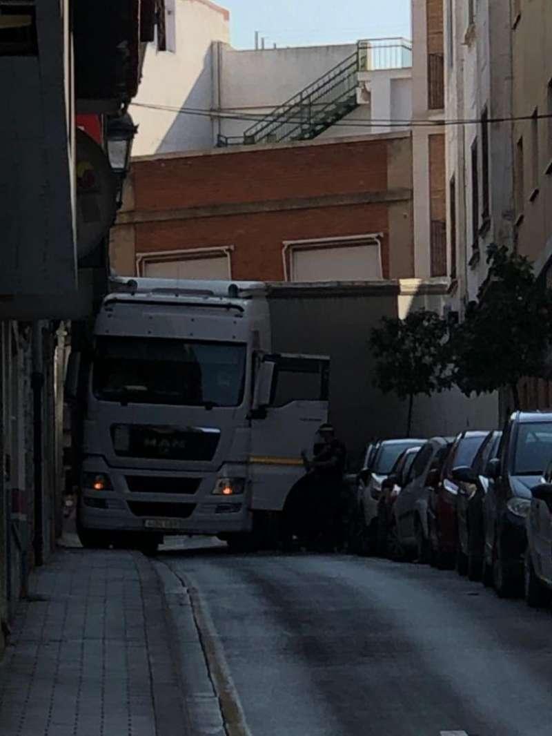 Camión atascado en la calle Castillo de Paterna. EPDA