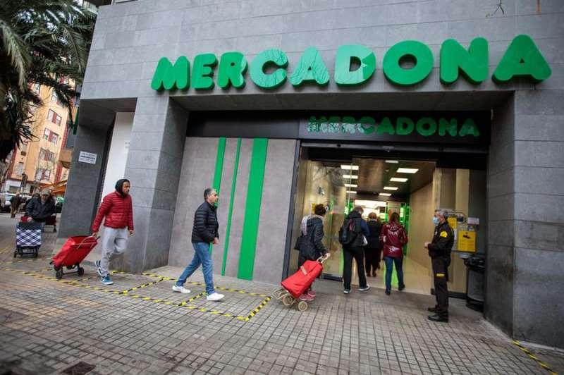 Varias personas acceden a un supermercado de Mercadona.EFE/ Biel Aliño