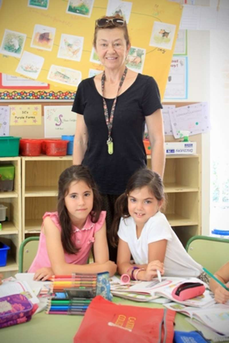 Dos alumnas en uno de los cursos de inglés de Caxton College de Puçol. EPDA