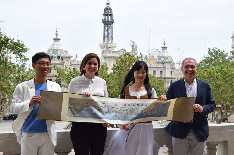 La primera teniente de alcalde de València con la bailarina e influencer china Wei Xiao Wei. EPDA