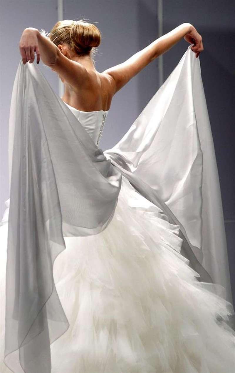 Una modelo desfila con un traje de novia en Fiesta y Boda, el certamen de Feria Valencia sobre el sector nupcial. EFE/Kai Försterling/Archivo