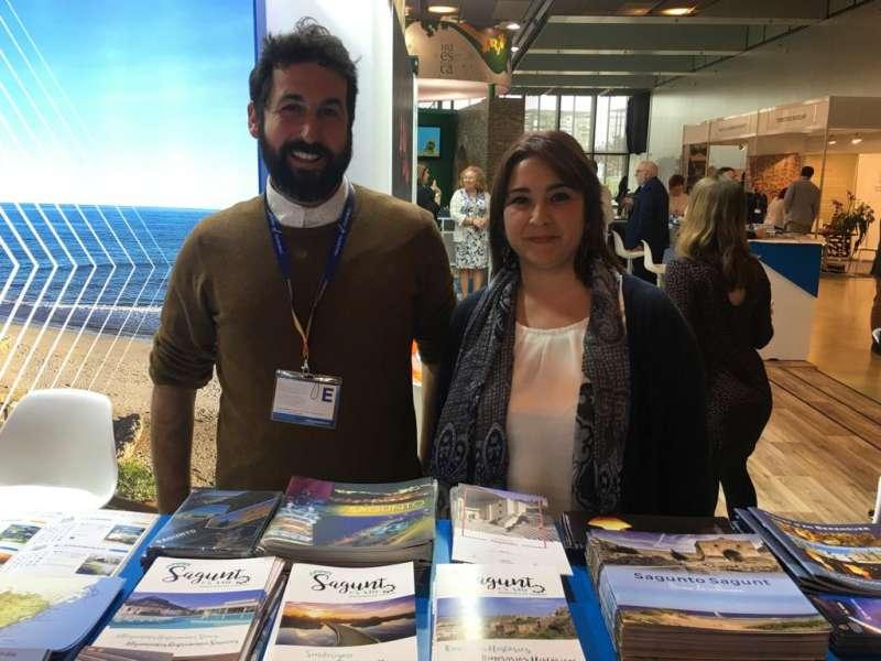 La concejala de Turismo, Natalia Antonino, en el expositor. EPDA