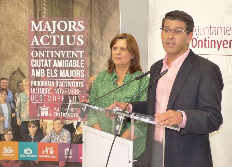 L?Alcalde de la ciutat, Jorge Rodríguez, i la regidora de Política Social, Sayo Gandia. EPDA