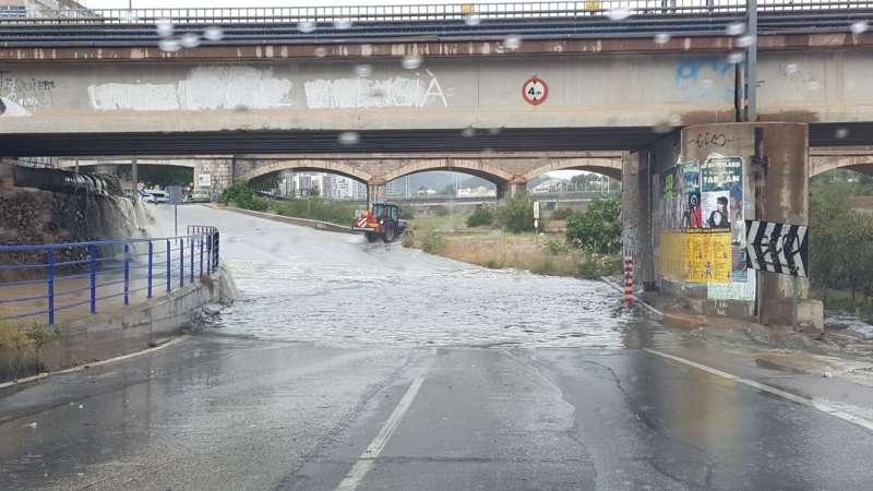 La lluvia inunda el paso de Sagunto por el rio. EPDA