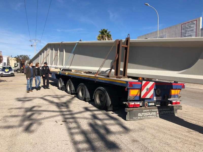 El Alcalde y la concejala junto al camión que provocó daños en tunel