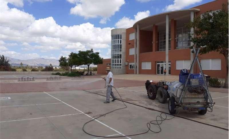 Desinfección del patio del colegio. / Foto: archivo
