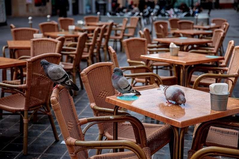 Terraza vacía de un restaurante de València. EFE