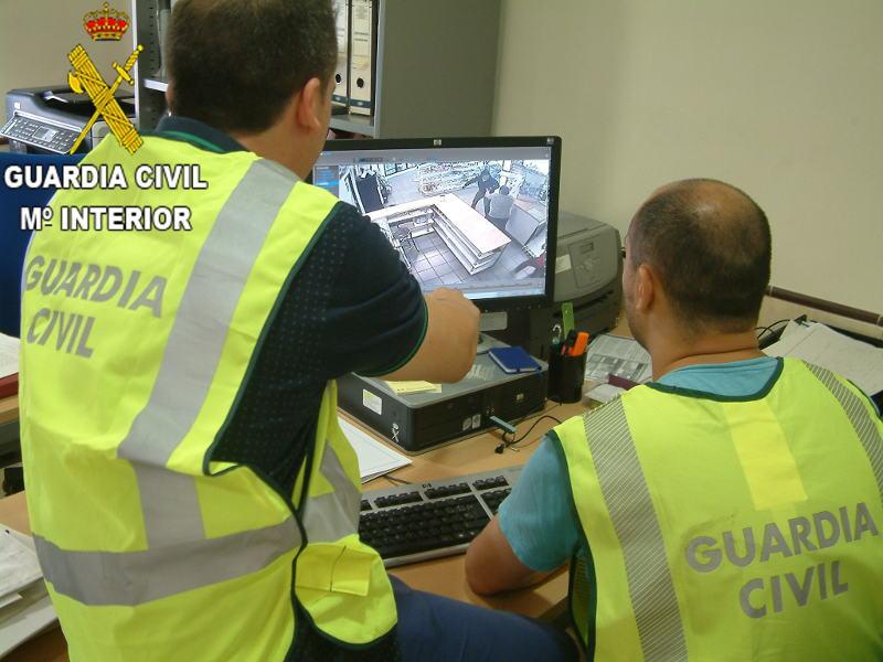 La guardia civil observando el vídeo del suceso. //EPDA