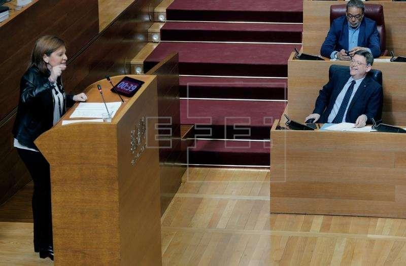 Bonig (PP): Puig no tiene un problema de dinero, tiene uno gravísimo de gestión. El president de la Generalitat, Ximo Puig escucha a la portavoz del grupo parlamentario popular, Isabel Bonig. EFE