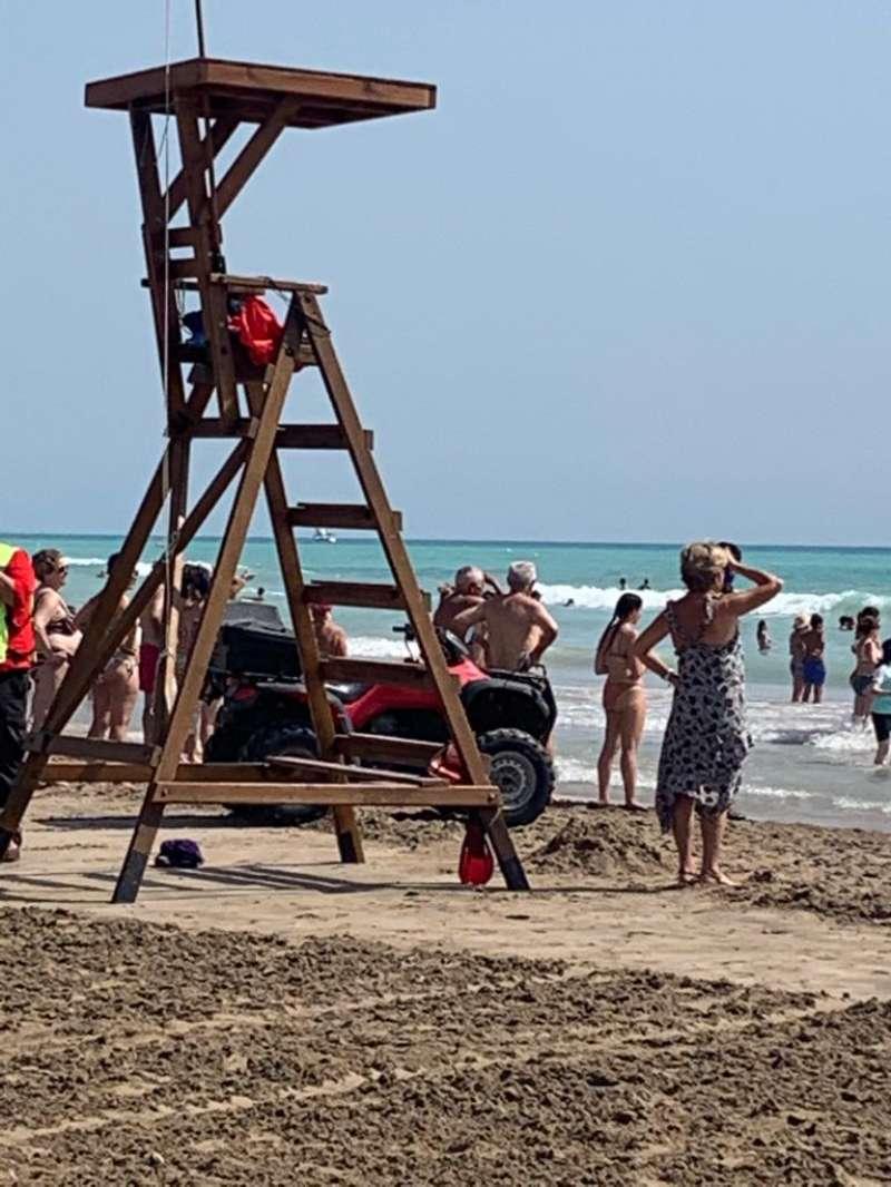 El simulacro ha generado expectación en la playa.