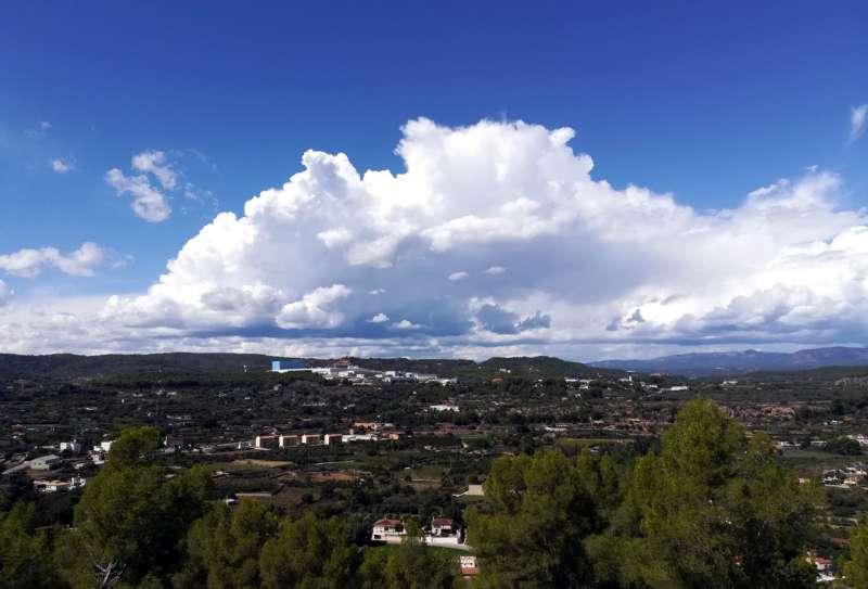 Cumulunimbos sobre el Palancia; al fondo montes de Jérica y Sierra de Espina