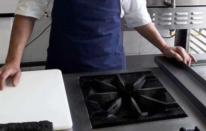 Un cocinero ante los fogones. EFE/Archivo