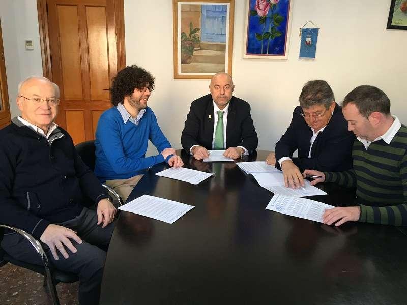 Un momento de la firma del convenio en Nàquera. //EPDA