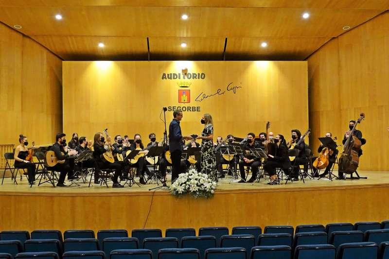 La concejala de cultura obsequio a la Orquesta de Guitarras de Ciudad Real