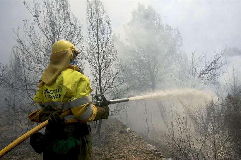 Imagen de archivo de un bombero trabajando en la extinción de un incendio forestal. EFE