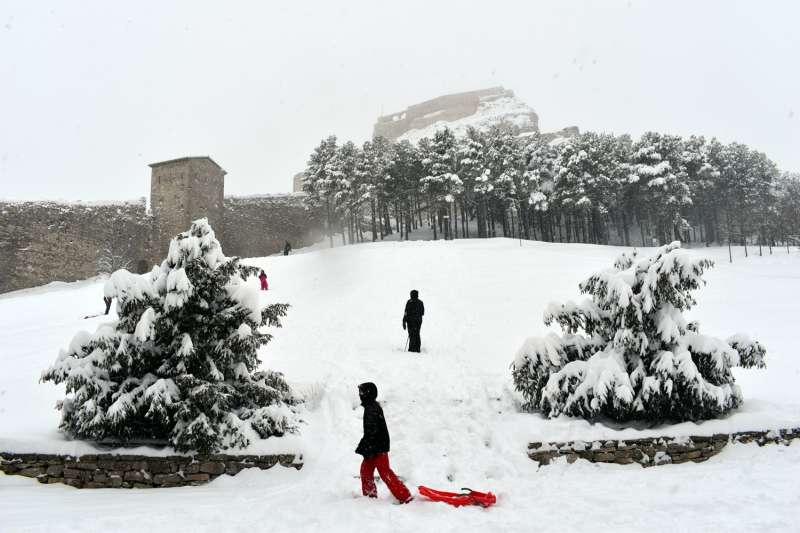 Niños jugando en la nieve en Morella