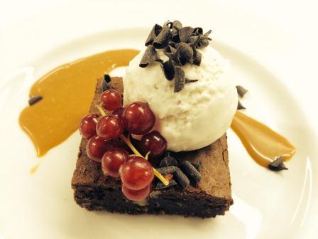 Brownie con amaretto es uno de los platos incluidos en el menú de San Valentín que se ofrece en el Casino.