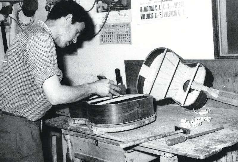 Prudencio Sáez Paredes construyendo una guitarra en Torrent, en 1967. //EPDA