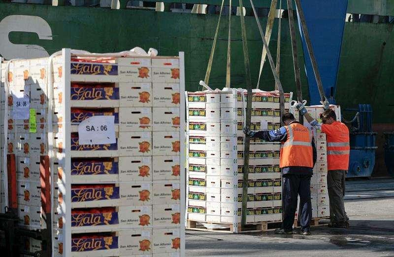 Dos operarios cargan mercancía en el puerto de Castellón en una imagen de archivo. EFE/Domenech Castelló