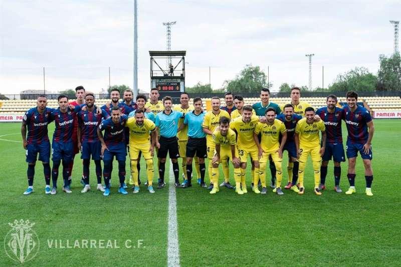 Los dos equipos, antes de disputar el amistoso, en una imagen compartida por el Villarreal CF.