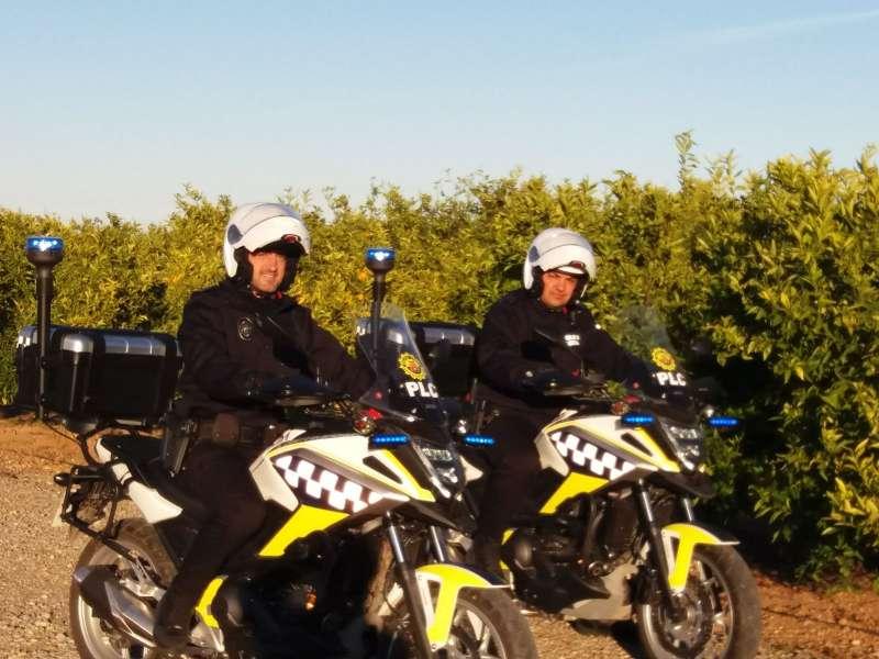Dos agentes de la nueva unidad de vigilancia de zonas rurales de la Policía Local de Canet. EPDA