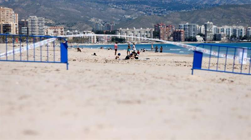 Frontera entre Alicante y El Campello vallada en la playa. EFE/Manuel Lorenzo/Archivo