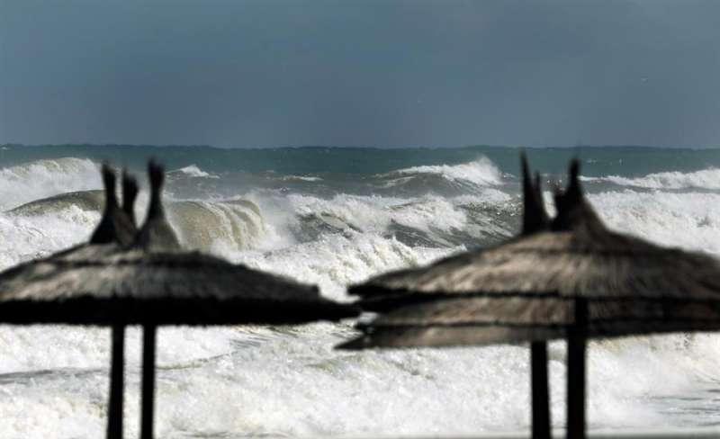 Mar revuelto en la localidad alicantina de Dénia. EFE/Juan Carlos Cárdenas/Archivo