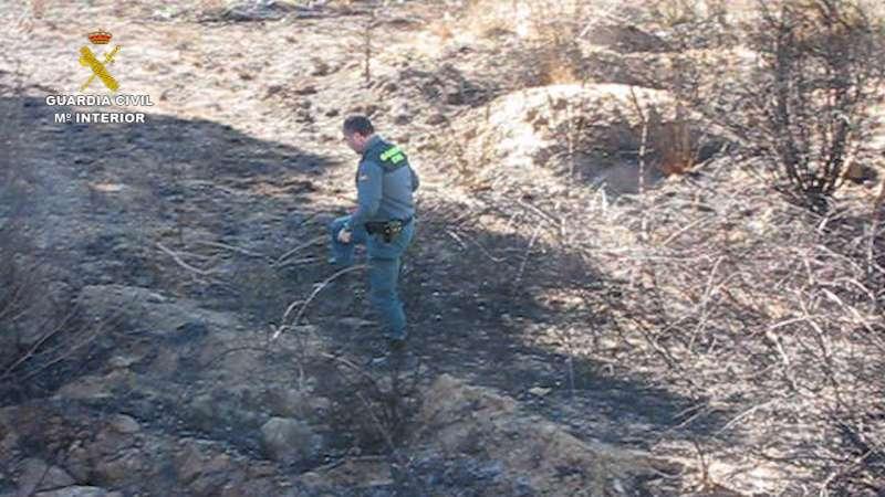 Un guardia civil investiganzo una de las zonas afectadas. //EPDA