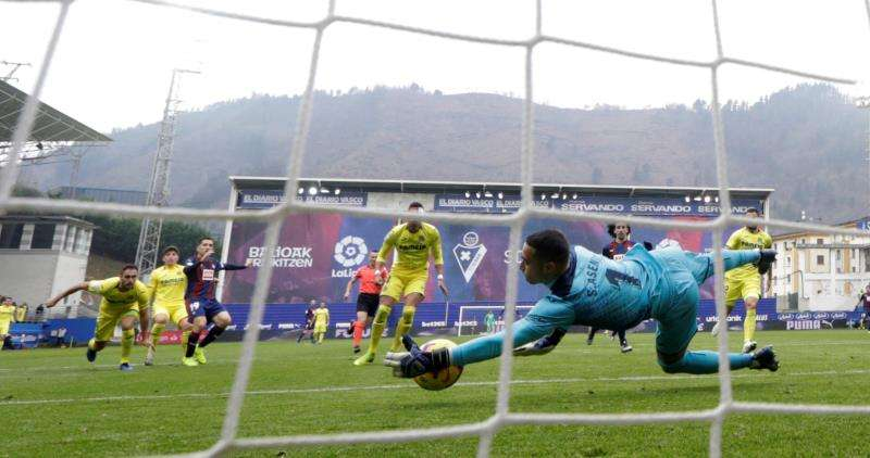 El portero del Villarreal, Sergio Asenjo, durante el partido contra el Eibar. EFE