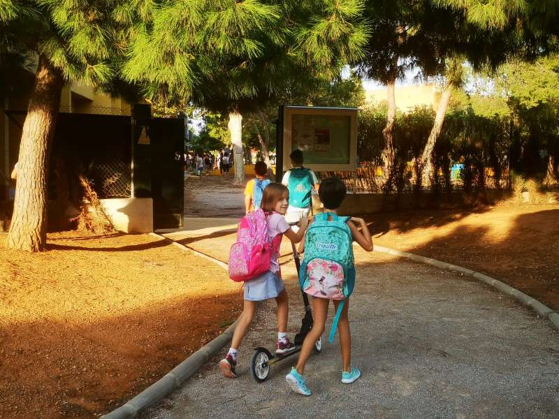 Escolares de camino a sus colegios en Catarroja. EPDA