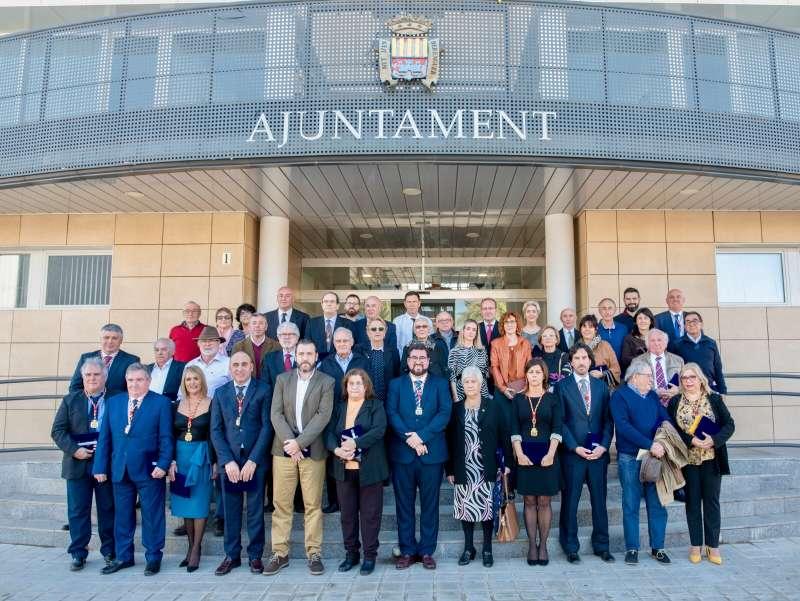 Foto de familia junto al ayuntamiento. FOTO EPDA