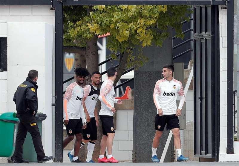 Varios jugadores del Valencia CF se dirigen a un entrenamiento en la ciudad deportiva de Paterna. EFE/Archivo