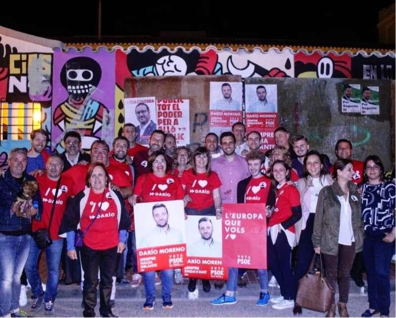 Militantes del PSPV de Sagunt en la pegada de carteles. EPDA