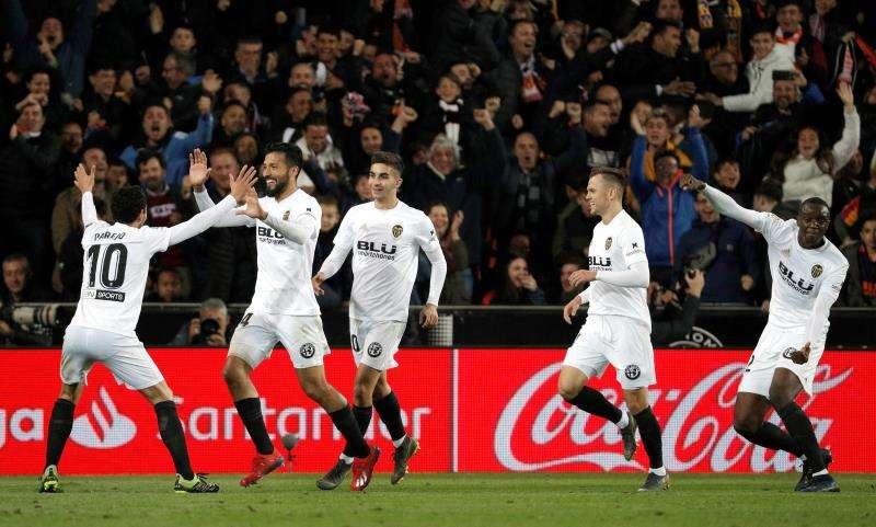 Los jugadores del Valencia celebran el segundo gol del equipo valencianista. EFE