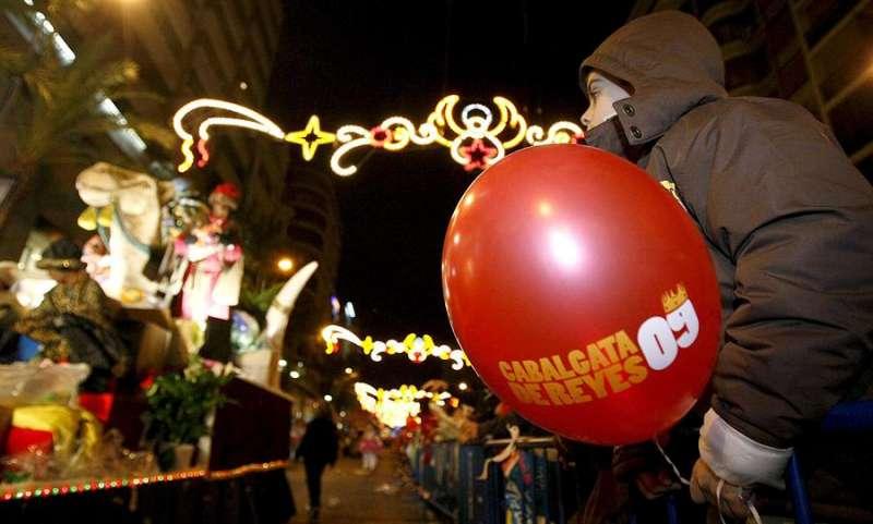 La Cabalgata de Reyes de Alicante cuenta con una alta participación de público. / EFE
